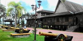 Istana Indrasari Karaton Lawang Kuning Bukit Indra Kencana (Istana Kuning) di Pangkalan Bun, Kotawaringin Barat, Kalimantan Tengah.